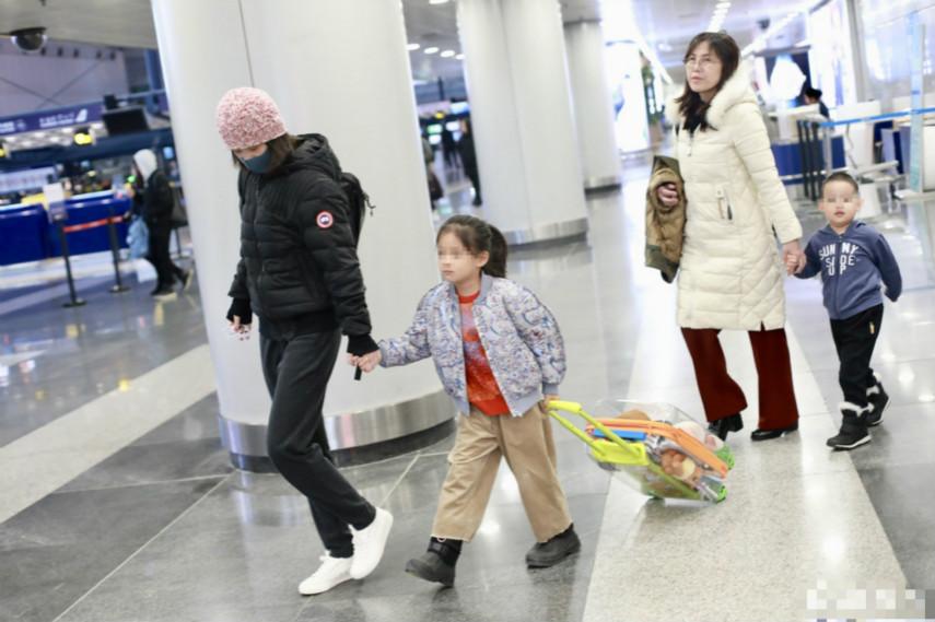 智联招聘济南梅婷带两孩子外出,6岁女儿穿的鞋