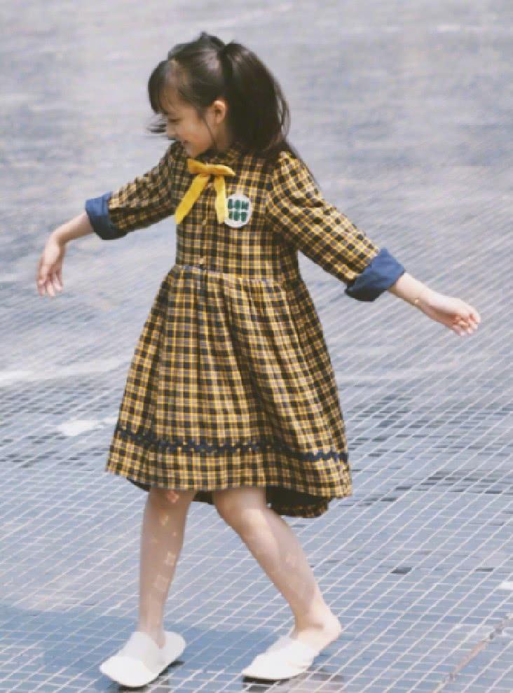 她6岁就和孙俪飙戏,今10岁穿连衣裙凹出的均匀腿,大人都羡慕