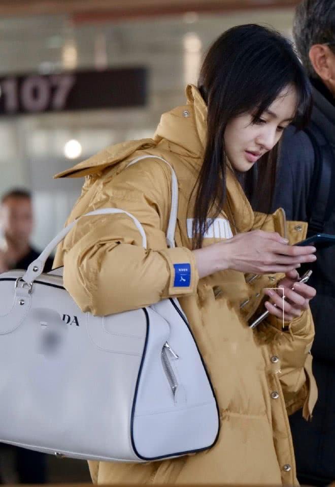 郑爽穿羽绒服现身机场,粉丝故意关滤镜后,这还是当年的楚雨荨?