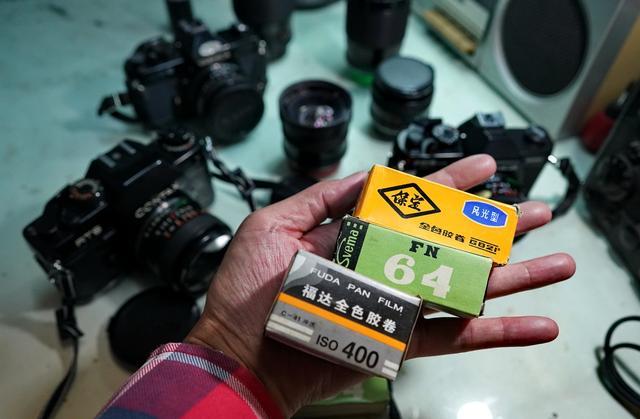 浙江桐乡摄影人的情怀,守候牡丹大摇把27年,这是一台什么相机?