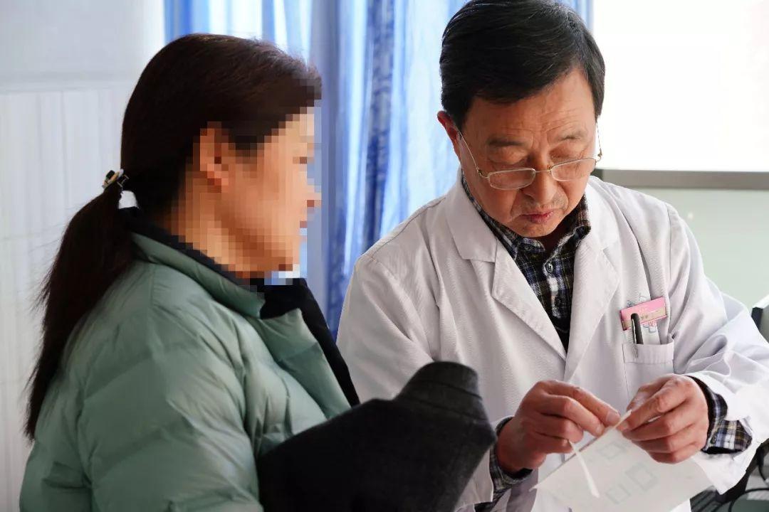 慧说郑医丨医院骨科有个与共和国同龄的老专家,年逾70还在坐诊