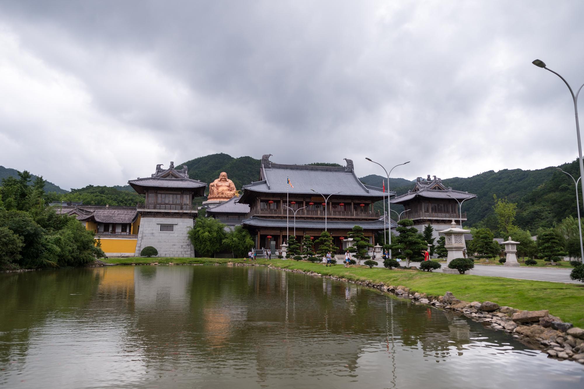 中国第五大佛教名山,梵净山和雪窦山存在争议,最终被央视认定