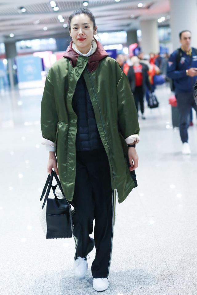 原创             真正时尚的女人,冬天很少穿棉服,学大表姐刘雯这样穿,时尚好看