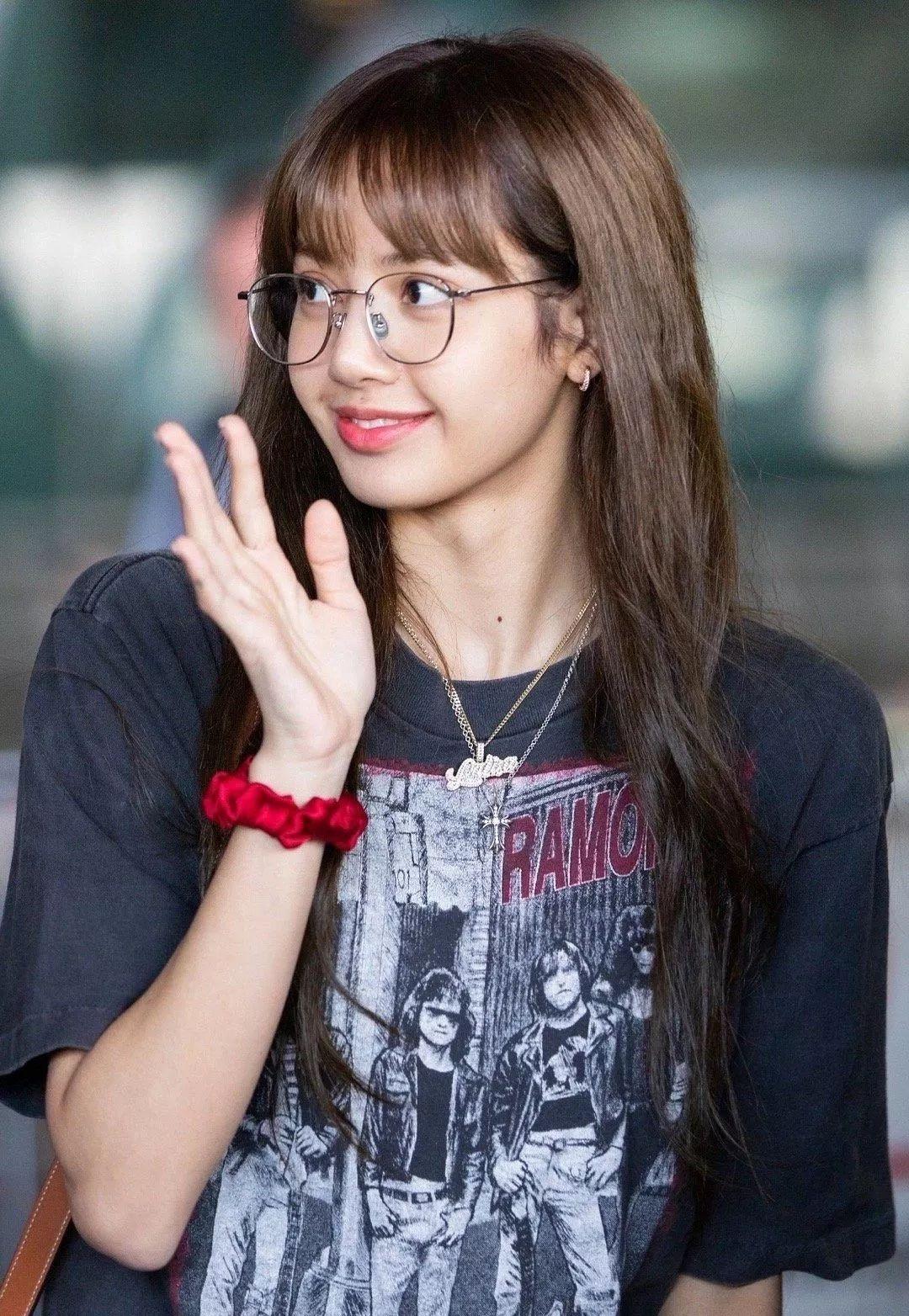 戴眼镜的LISA好甜!原来有一种妆容是专门配眼镜的?