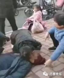 街頭偶遇老大爺暈倒,女護士跪地為其人工呼吸,然而…