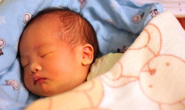 冬季夜再冷也别让娃这样睡,不仅易生病还影响发育,家长别不在意