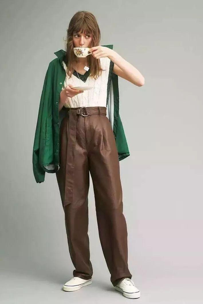 """别再穿阔腿裤了,""""奶奶裤+毛衣""""2020最流行,时髦炸了!"""