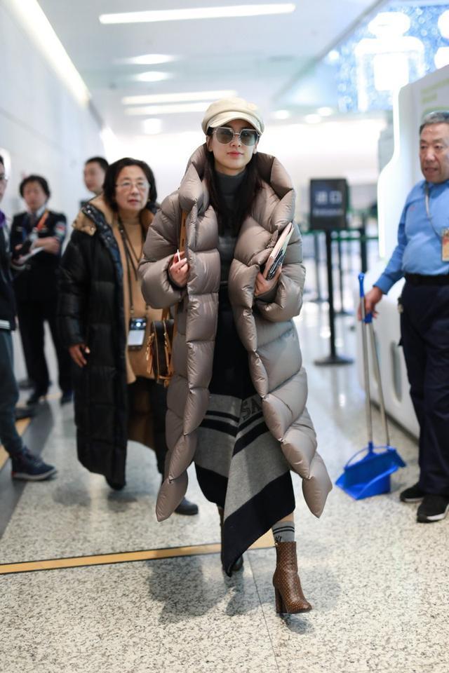 黄圣依开始炫富模式!穿上万羽绒服配1万8手袋,光腿都不感觉冷