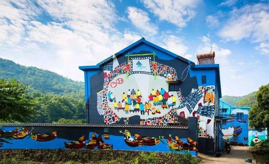 绘画也是南洞艺谷的一大亮点,当地处处透着渔农的新风尚,白色墙底大幅绘就的渔民画,让人很难想象这都是来自渔岛艺术家的手笔.
