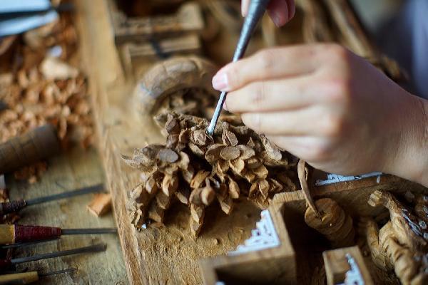 剑川木雕艺人段凤松,坚持全手工雕刻,求购者排队