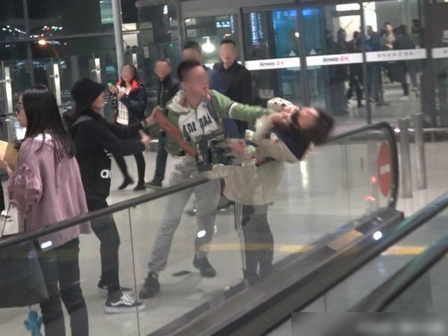 Angelababy的女粉丝被机场代拍当场锁喉