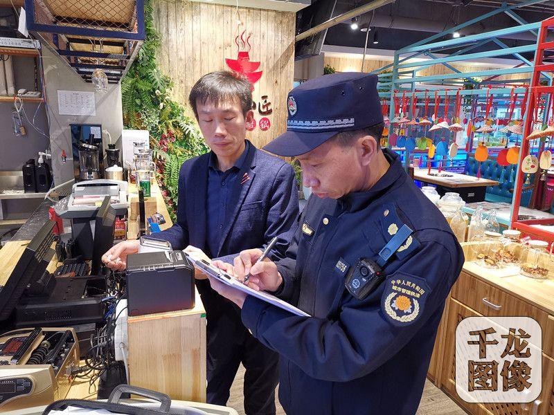 """北京南磨房城管开展""""节前""""专项整治行动"""