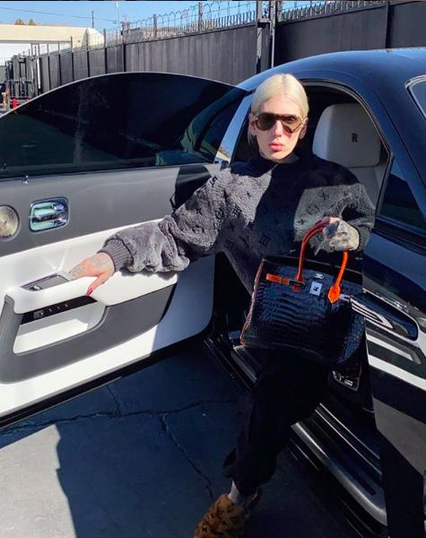 美版李佳琪晒豪宅,光跑车就价值10亿,爱马仕包包由保镖看守