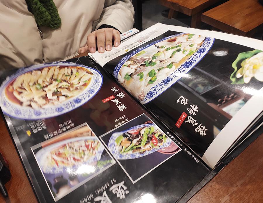 在东北,上海面馆咋火成这样呢?两家店饭点儿全是人呐
