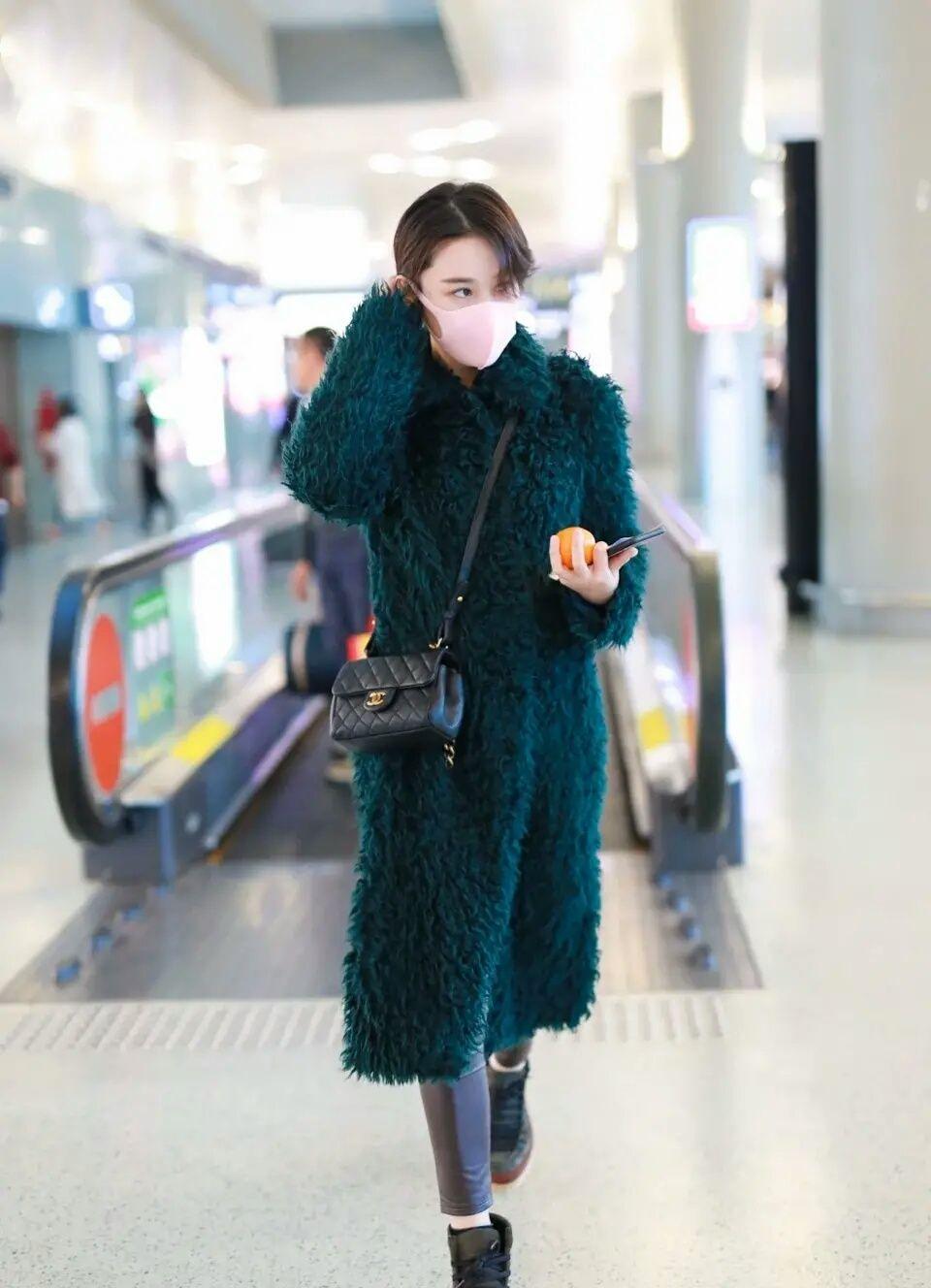 原创             张馨予穿蓝大衣亮相,衣服质量差到坨一块,钱全花在包上!