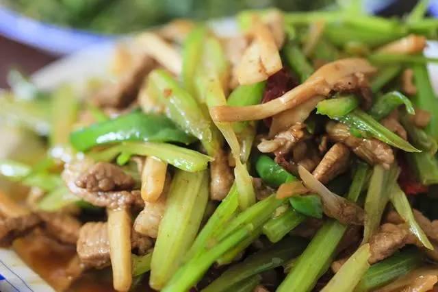 芹菜根茎、芹菜叶,哪个地方的营养价值最高?营养师告诉你扔不扔