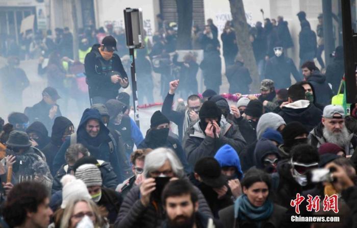 """<b>法国大罢工持续近一月 马克龙新年致辞能否平""""民愤""""?</b>"""