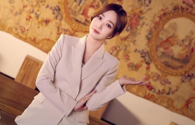 33岁的朴敏英私服穿搭很更惊艳,剪空气刘海扮嫩不违和
