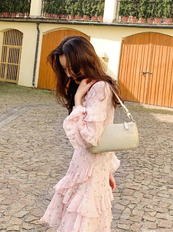 35岁张子萱示范减龄穿搭,粉色花裙配帆布鞋,说她25岁我都信