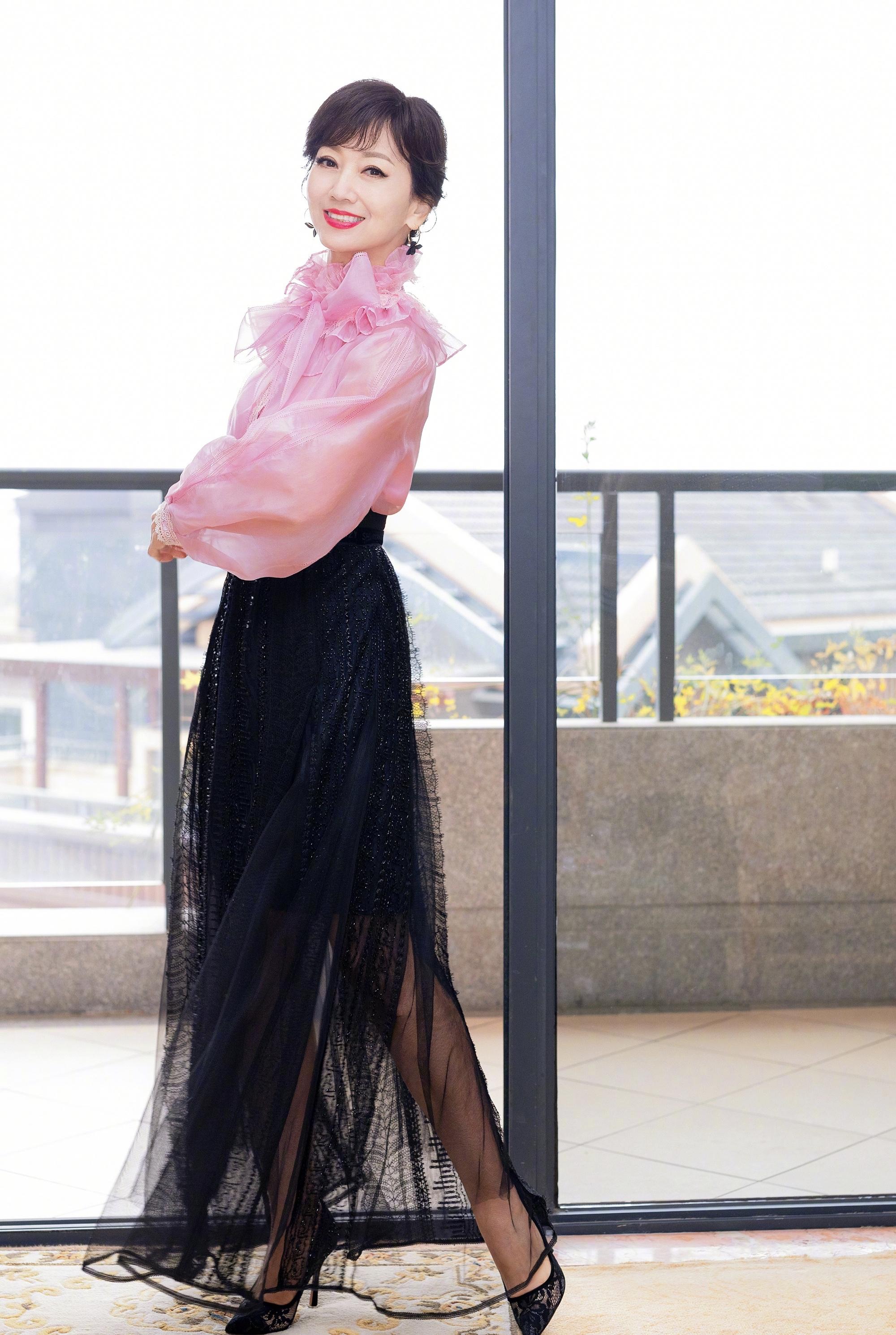"""酒红色雪纺衬衫_65岁赵雅芝出席活动,穿长款皮衣裙气质不输当年,美回""""白娘子 ..."""