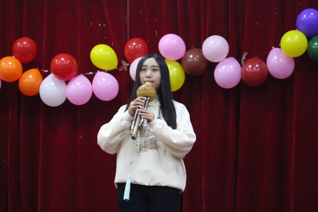 各二级学院用歌舞表演迎新年