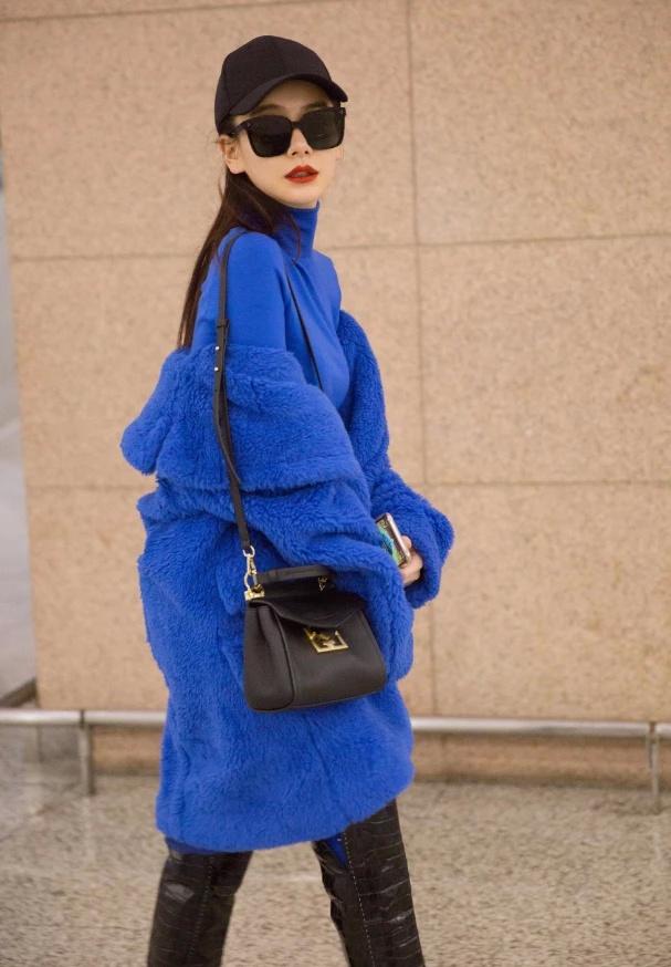 """为什么戚薇很少穿蓝色?看到她罕见穿""""蓝莓装"""",没认出来"""