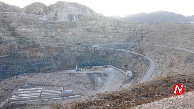 原创             甘肃出现中国最大的人造天坑,椭圆形长1300米,空中看像太极八卦