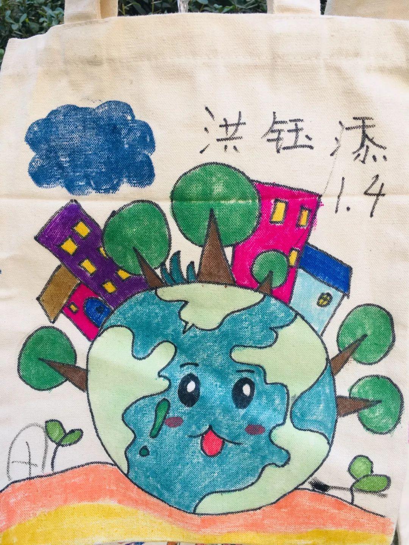 二年级:文明你我他,环保靠大家   二年级的同学们通过观察学习、互相讨论、情景扮演等方式,了解环保标识的意思并学习各类标语的英语表达方法,再结合学习的知识,通过自己的创意加工,制作出了自己心目中的文明标识.最后,他们再将自己的作品展示在班级上、学校里,通过