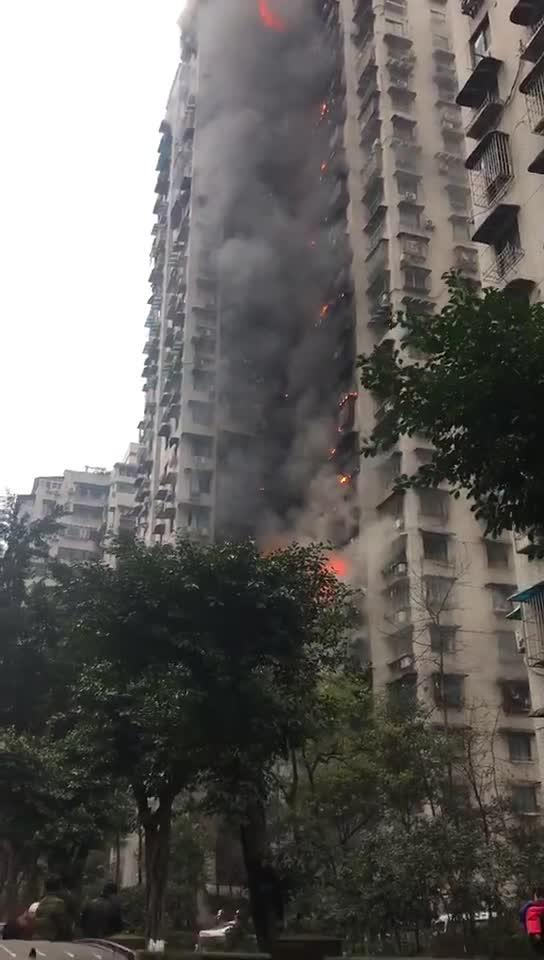 重慶渝北區居民樓發生火災 十幾層樓可見明火 多人合力掀翻疑似占路汽車讓路