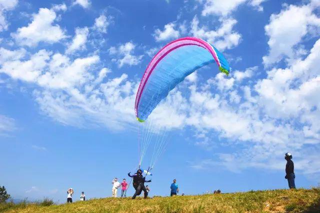 【1024·危险】尴尬!男子飞滑翔伞打广告,结果挂在高压线上……