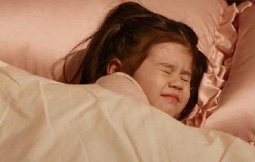 4岁女儿一个人睡,却对妈妈说很挤,孩子妈看完监控后无法淡定