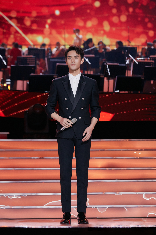 王凯登央视舞台,182身高穿双排扣西装一身正气,男神魅力挡不住