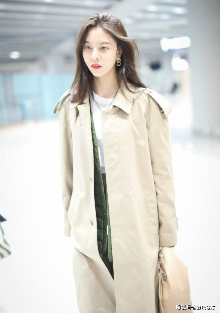 宋妍霏简直是穿搭模板,卡其色风衣叠穿棉衣,配束脚裤帅气时髦