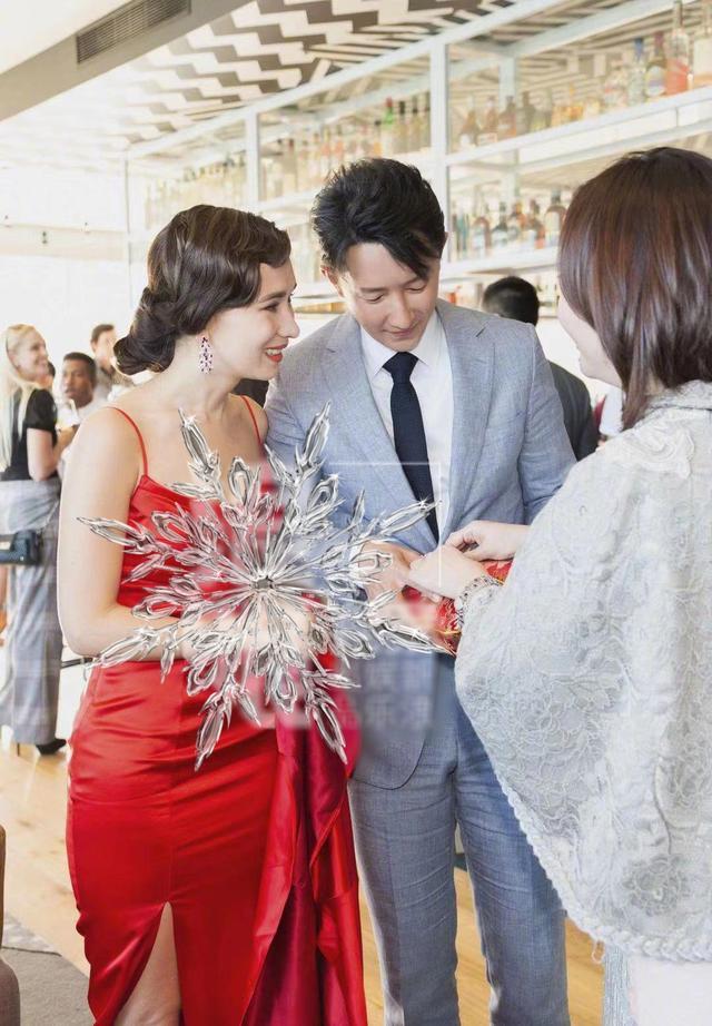 卢靖姗穿红色吊带裙,身材成最大焦点,腰臀比例也太好了!