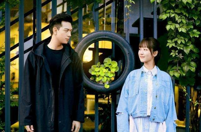 """李现跨年唱杨紫单曲,""""童颜夫妇""""隔空亮相,却意外吃到了糖_晚会"""