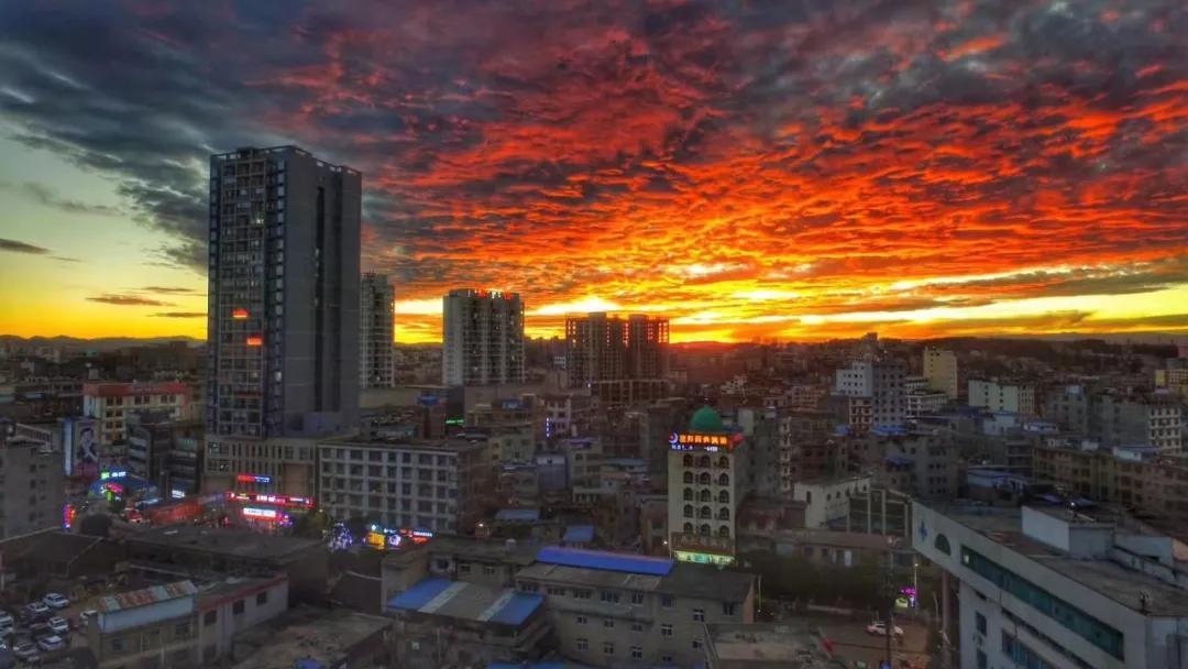 """惊艳!威宁上空惊现最美""""火烧云""""景观,美的罕见......"""