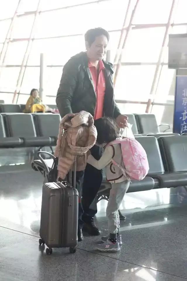 47岁罗海琼近照曝光:与富豪丈夫现身机场,朴素到让人认不出