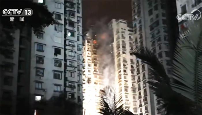 一辆白色车辆被群众掀翻 重庆一居民楼火灾更多画面曝光