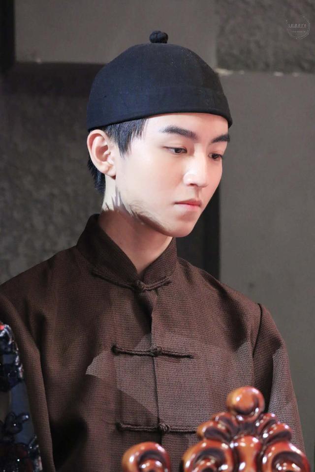 王俊凯戴瓜皮帽肩搭毛巾饰演店小二,角色拿捏到位,眼神都是戏