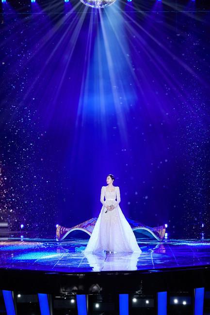 秦岚登央视跨年舞台 温柔献唱《雪落下的声音》