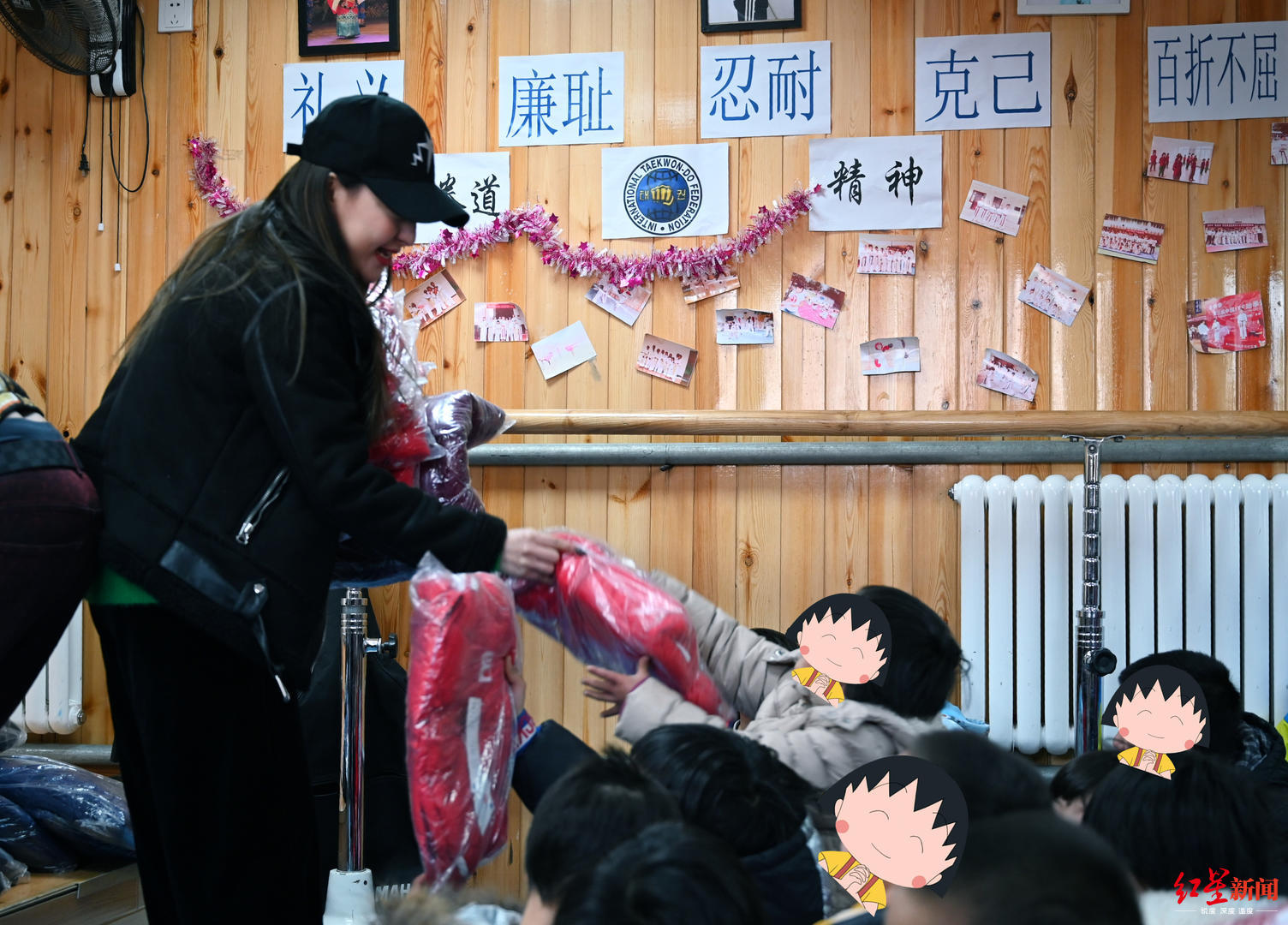 郭美美向孤兒院捐書捐物,對孩子們說:未來有溫暖也有希望
