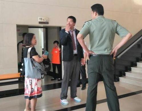 42岁王治郅迎娶90后美女主持人,二人身高体型差距超抢镜!