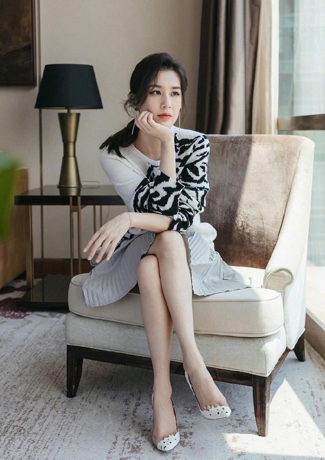 黄圣依独特坐姿火遍全网,穿短裙露出修长美腿,名媛气质挡不住
