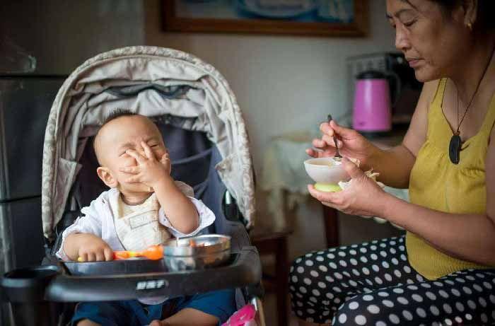 """1岁孙子胳膊成""""莲藕"""",奶奶沾沾自喜,退休医生:带娃去医院吧"""