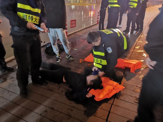 花季少女冬夜跳河轻生 警民联合及时救出溺水者