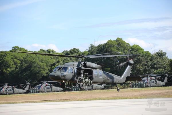 """台防务部门黑鹰直升机失踪迫降 """"参谋总长""""已获救"""