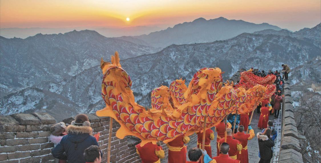 数百名游客登慕田峪长城 迎新年朝阳