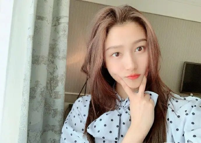 新年第一糖,关晓彤晒美照,眼尖网友发现她穿了鹿晗的衣服