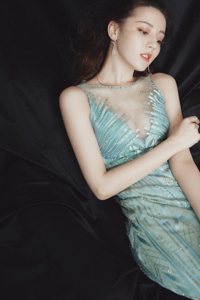 迪丽热巴真敢穿,深V礼服长裙让她妩媚多娇,妖娆身姿超级撩人