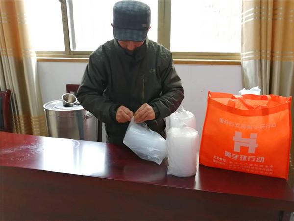 黄手环行动蚌埠合作团队成员积极参加二钢社区腊八送粥公益活动